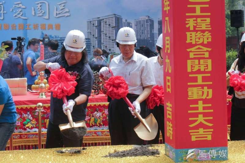 台北市長柯文哲(右)今主持廣慈博愛園區統包工程開工典禮時表示,未來若要實施都市更新,可將廣慈公宅作為中繼住宅,趁此讓信義區的都更一次到位。(方炳超攝)