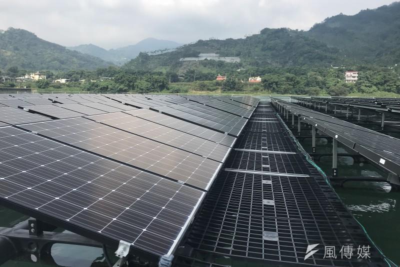 20180810-台電在大甲溪馬鞍壩打造首座水上太陽光電站,圖為水上光電設備。(廖羿雯攝)