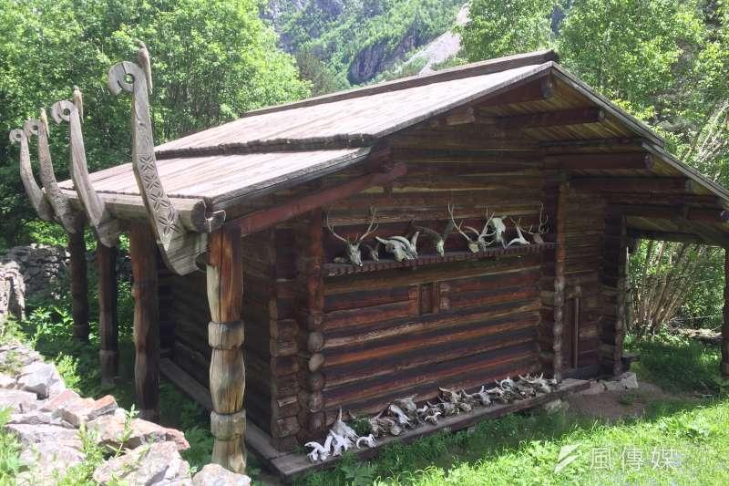 奧塞梯亞人仍保有傳統信仰,圖為男性祭祀的聖殿,外部放的是動物骨骸(簡恒宇攝)