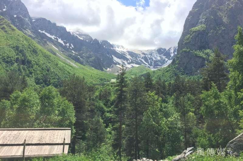 奧塞梯亞人仍保有傳統信仰,山的高處被視為最接近神明居住地之處(簡恒宇攝)