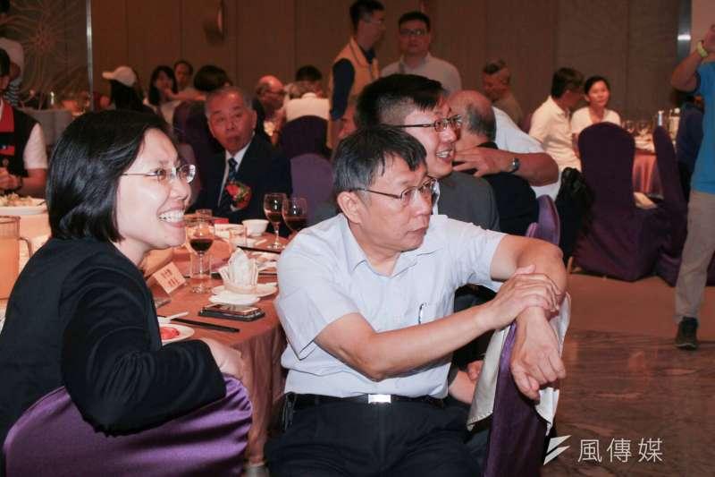 20180811-台北市長柯文哲與民國黨新竹縣長參選人徐欣瑩,還有徐的弟弟比鄰而坐,觀看舞台上的演出。(方炳超攝)