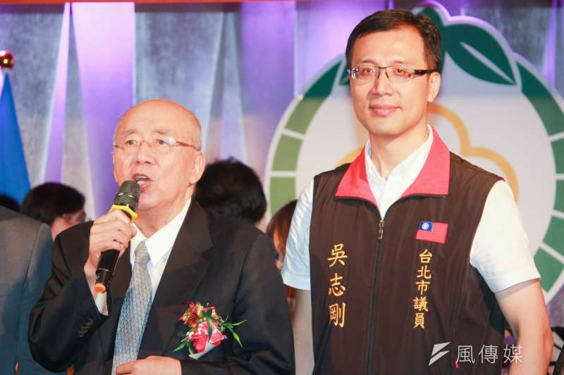 20180811-國民黨榮譽主席吳伯雄11日出席台北市新竹縣同鄉會會員大會,與市議員兒子吳志剛同台。(方炳超攝)
