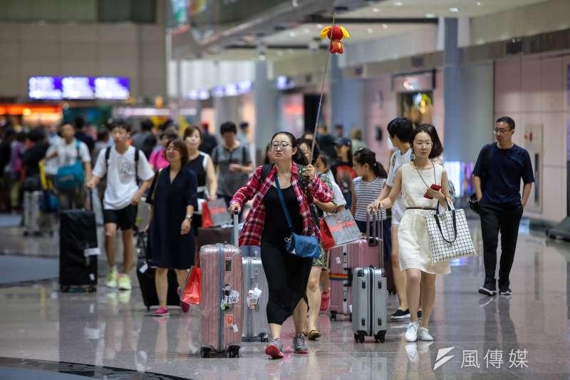 桃園國際機場,領隊帶著旅客由入境大廳(接機大廳)入關。(顏麟宇攝)