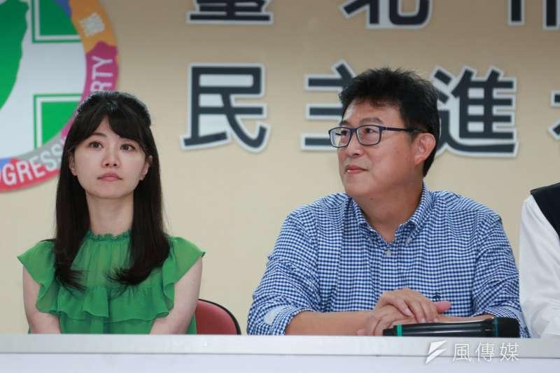 民進黨台北市長參選人姚文智(右)13日親赴市議會,拜會日前曾嗆他「辭立委」的同黨市議員高嘉瑜(左),雙方閉門面談約15分鐘。(簡必丞攝)