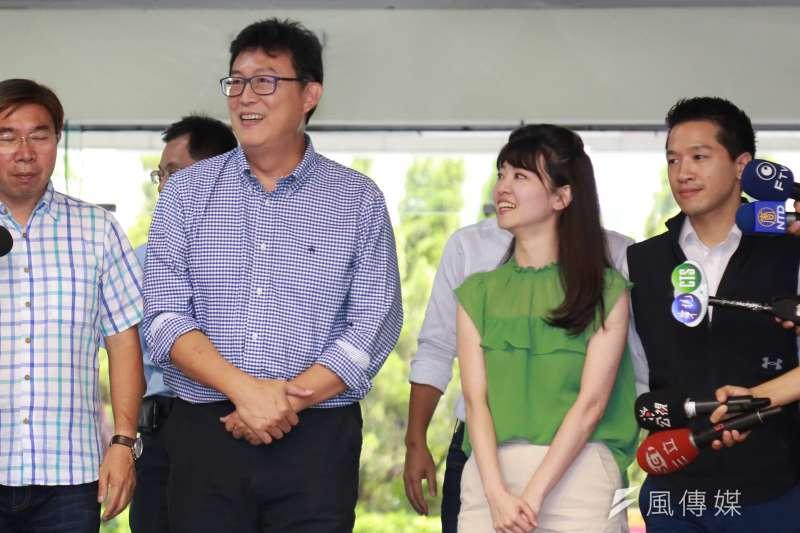 20180813-民進黨台北市長參選人姚文智(左)到台北市議會見台北市議員高嘉瑜(右),雙方進行溝通。(簡必丞攝)