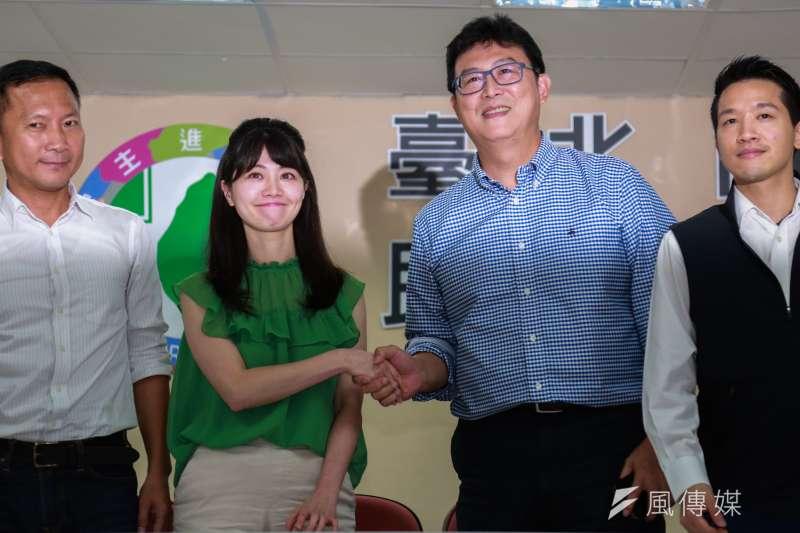 20180813-民進黨台北市長參選人姚文智(右二)到台北市議會見台北市議員高嘉瑜(左二),雙方進行溝通。(簡必丞攝)