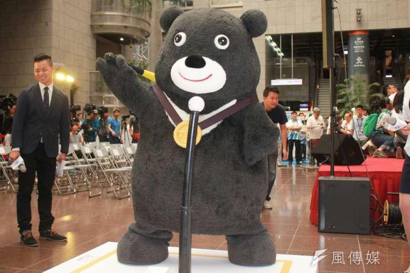20180814_台北市長柯文哲出席世大運周年紀念活動,「金牌熊讚」也到場同歡。(方炳超攝)