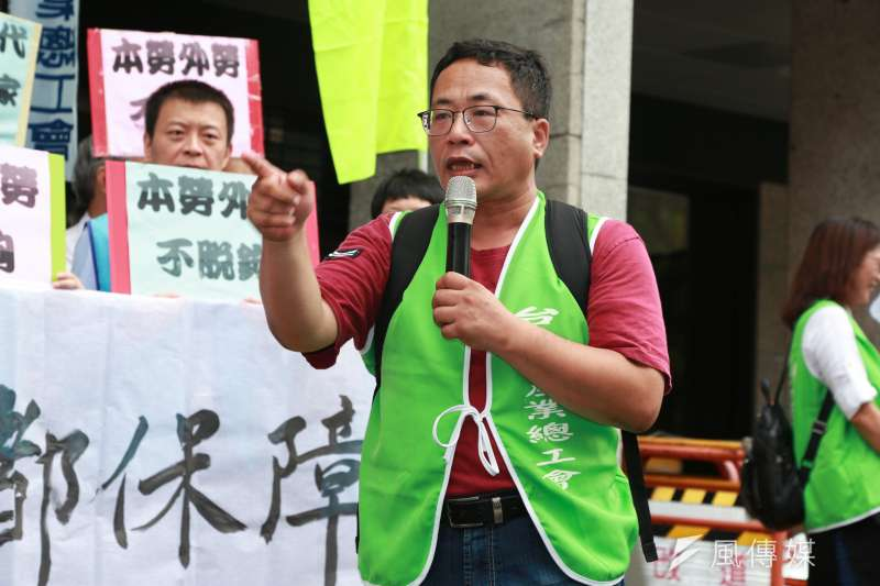 20180814-台南市產業總工會秘書長黃育德今(14)日出席團結工聯「要求提高基本工資」記者會。(簡必丞攝)