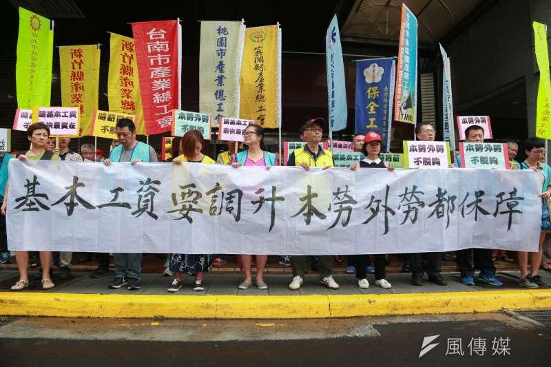 各區產業工會團體至勞動部前聯合舉辦團結工聯「要求提高基本工資」記者會。(資料照,簡必丞攝)