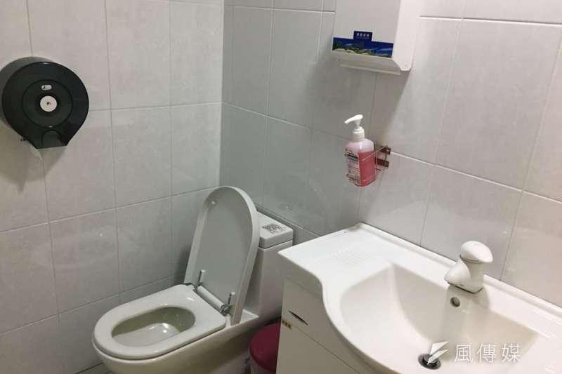 醫院取精室/捐精室的廁所。(圖/洪任賢提供)