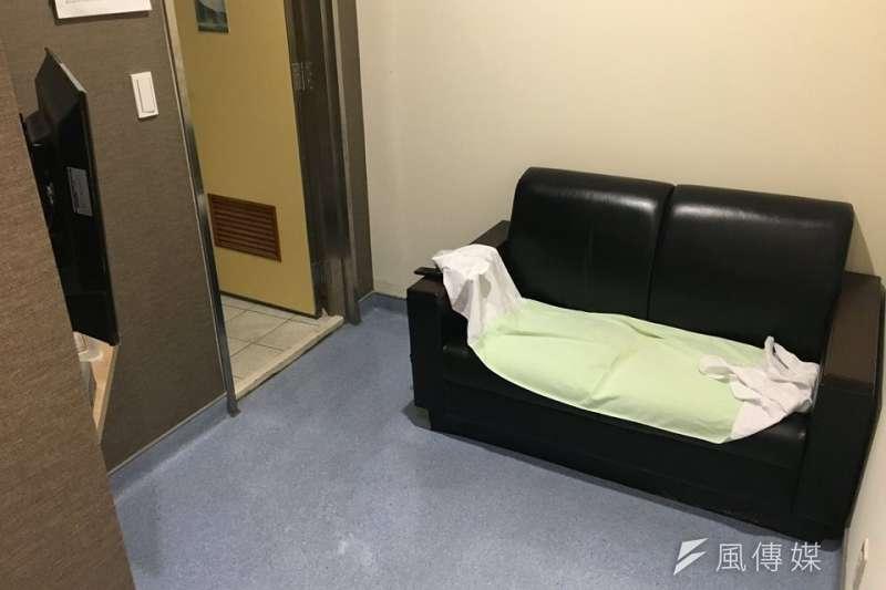 醫院取精室/捐精室的沙發。(圖/洪任賢提供)