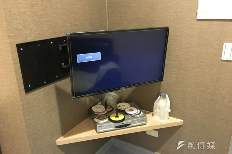 醫院取精室/捐精室的電視與DVD設備。(圖/洪任賢提供)