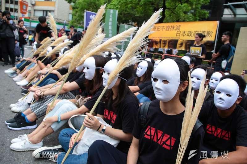 婦援會於日本台灣交流協會前,召開「歷史不容抹滅,日本政府道歉!814國際慰安婦紀念日抗議行動」,並向戴著白面具象徵阿嬤的靜坐者獻上蘆葦。(顏麟宇攝)