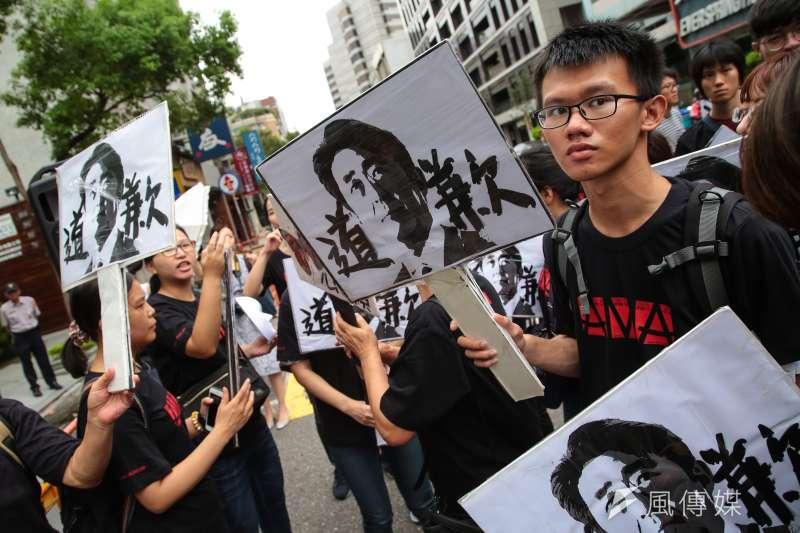 婦援會於日本台灣交流協會前,召開「歷史不容抹滅,日本政府道歉!814國際慰安婦紀念日抗議行動」,年輕學生紛紛高舉安倍道歉的手板。(顏麟宇攝)