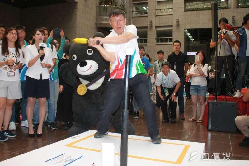 20180814-台北市長柯文哲14日出席台北世大運周年展活動,體驗互動裝置。一旁是金牌熊讚。(方炳超攝)