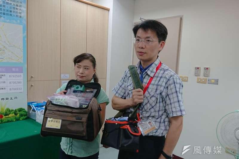 彰化二水鄉衛生所主任陳宏賓(右),因太太要求換一個有固定工時的工作,便來到二水鄉做衛生所主任,且一做就是11年。(黃天如攝)