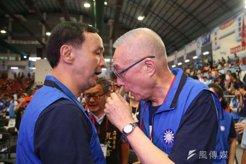 20180819-中國國民黨第二十屆第二次全國代表大會,全代會,黨主席吳敦義和前主席朱立倫咬耳朵。(陳明仁攝)