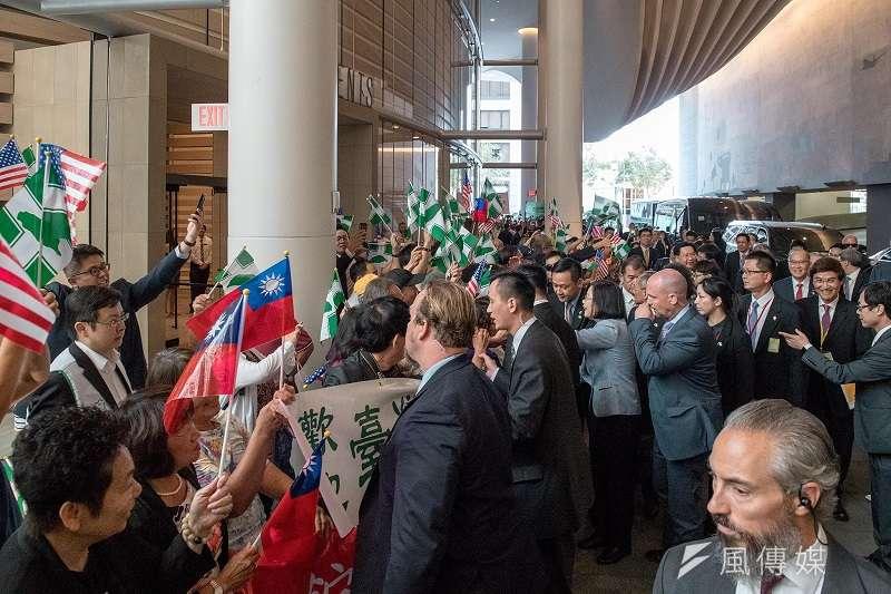 蔡英文總統同慶之旅出訪,過境美國所到之處,歡迎她的僑胞舉的民進黨旗遠遠超過中華民國旗。(蔡英文臉書)
