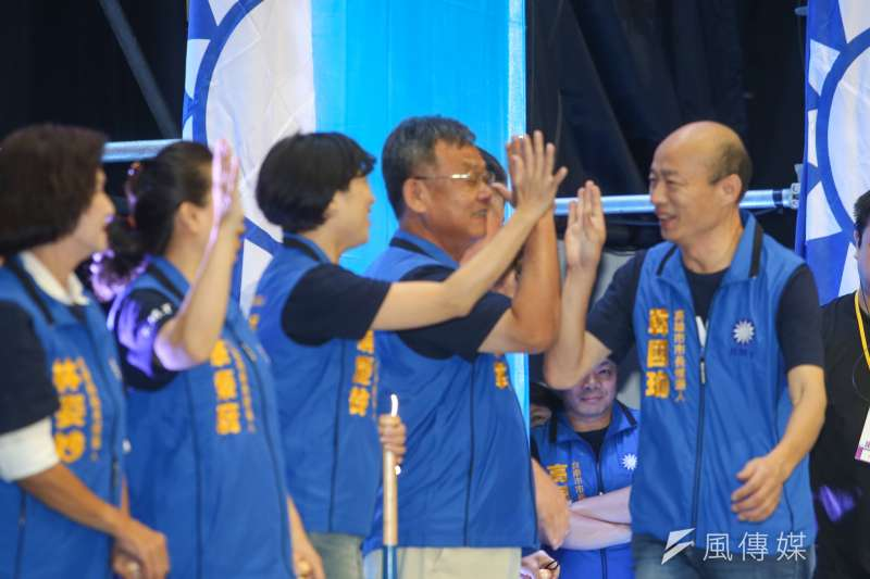 高雄市長參選人韓國瑜(右1)意外帶動國民黨南台灣選情。(陳明仁攝)