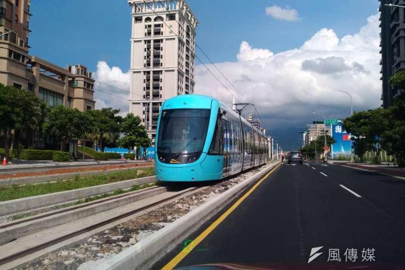 4年後台灣人口負成長,前瞻計劃中的軌道建設是否該修正?圖為新北市淡海輕軌捷運試車。(閻紀宇攝)