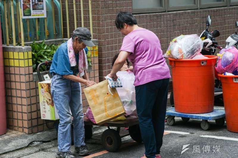 20180817-專題配圖-清潔隊員垃圾車「反站立」訴求,行進時在垃圾車後斗的困境。新北市垃圾車收運現況,資源回收的清貧老人。(陳明仁攝)
