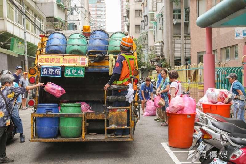 清潔隊員肩負維護市容、為市民服務的責任,但因「垃圾不落地」的配套設施不足,造成搏命上陣的清潔隊員平均每年4人死亡、740人受傷。(陳明仁攝)