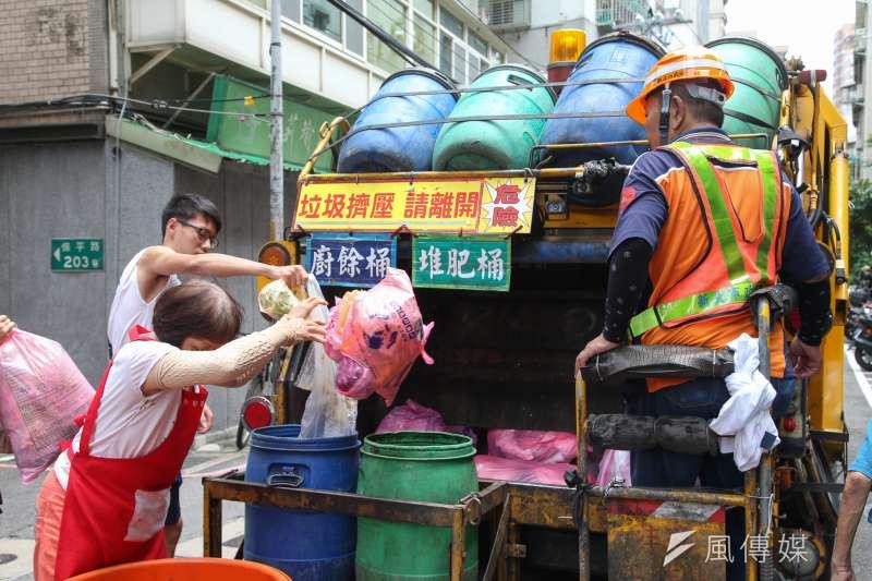 20180817-專題配圖-清潔隊員垃圾車「反站立」訴求,行進時在垃圾車後斗的困境。新北市垃圾車收運現況。(陳明仁攝)