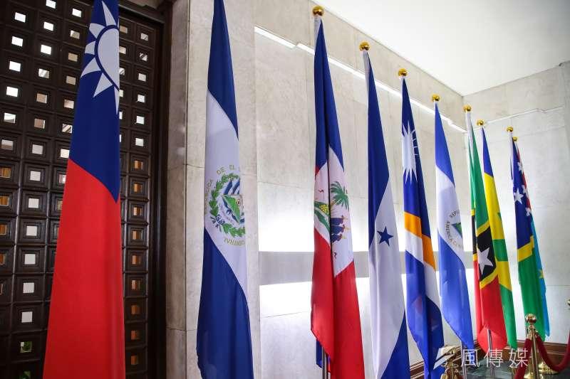 外交部長21日宣布我國與薩爾瓦多終止外交關係,外交部隨即將薩爾瓦多國旗(左二)撤離。針對我國與薩爾瓦多斷交,時代力量21日譴責「中國打壓台灣國際空間」,呼籲國際社會正視中國持續破壞兩岸現狀,以及升高東亞緊張的蠻橫舉動。(顏麟宇攝)