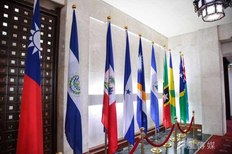 薩爾瓦多共和國(左二國旗)21日與我國斷交,並與中華人民共和國建交。對此,長駐拉丁美洲的BBC資深媒體人郭篤為於臉書發文表示,中美洲還有一國岌岌可危,不過他未明指是哪國。(顏麟宇攝)