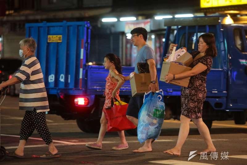 為避免民眾家中垃圾囤積過久,台北市環保局表示,今(8)日起恢復收運一般垃圾、廚餘及資源回收物。示意圖。(資料照,顏麟宇攝)