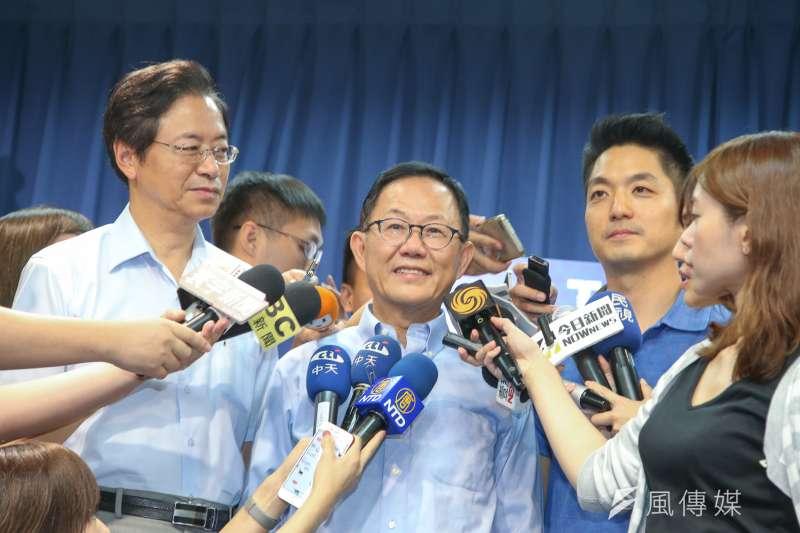 國民黨台北市長參選人丁守中(中)日前在「公布台北市政白皮書─青年政策篇」記者會。(資料照,陳明仁攝)