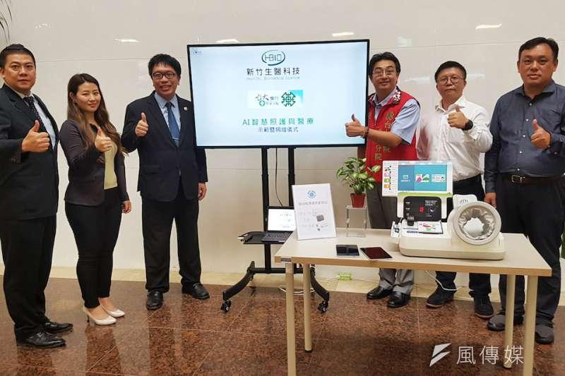 新竹生醫科技捐贈AI智慧照護醫療設備給台大竹東分院,由分院院長詹鼎正(右三)代表接受。(圖/方詠騰攝)