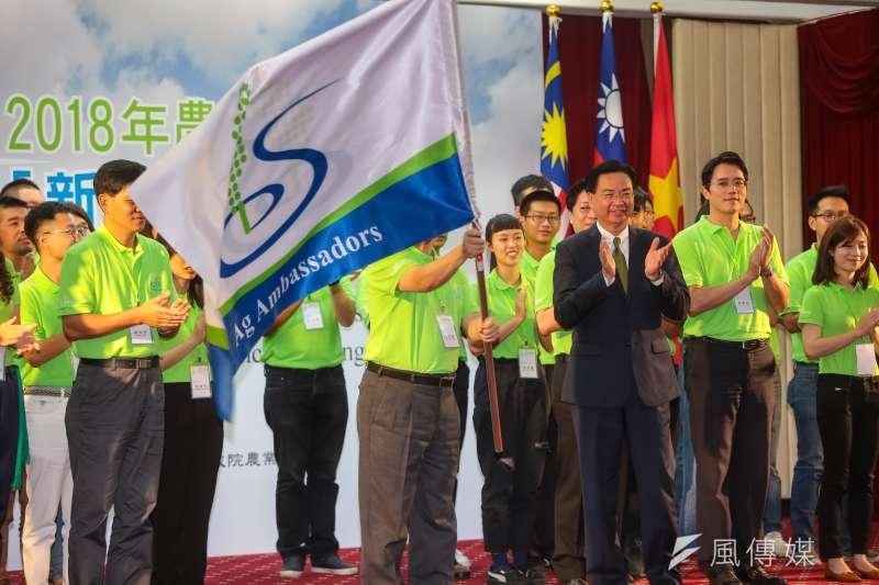 外交部長吳釗燮出席「2018年農業青年大使新南向交流計畫」授旗記者會。(顏麟宇攝)