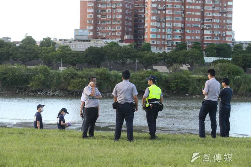 加拿大籍43歲男子Ryan分屍案,近永和中正橋新店溪左岸河濱岸灘,大批警力在河灘現場搜尋。(陳明仁攝)
