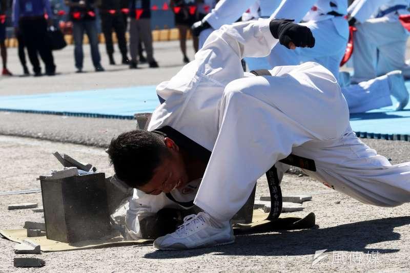 20180822-海軍蘇澳基地營區開放,陸戰莒拳隊帶來震撼的功力擊破。(蘇仲泓攝)