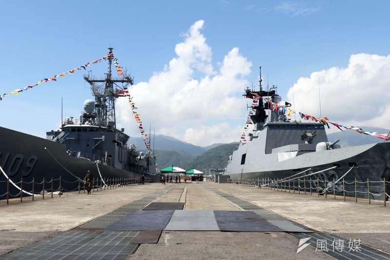 20180822-海軍蘇澳基地營區開放,展示成功級張騫軍艦(左)、康定級西寧軍艦(右)。(蘇仲泓攝)