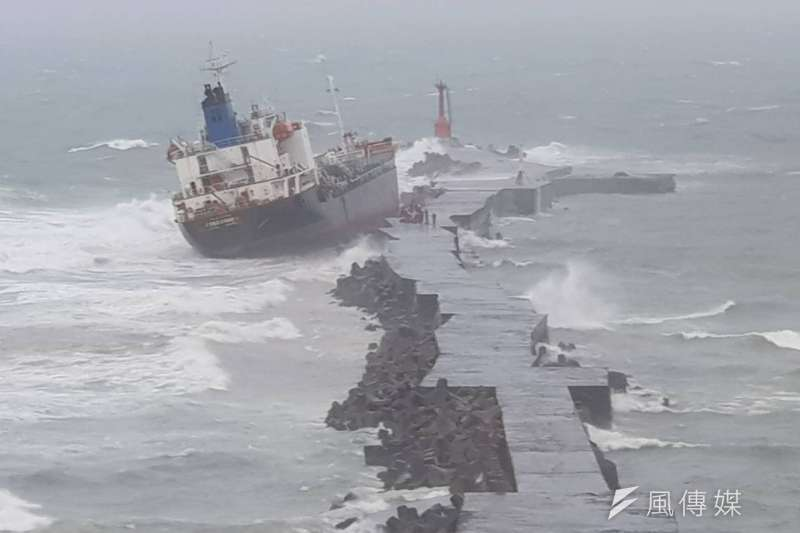 今(23)日瞬間風力達到9級,造成高雄港外多艘船舶發生擱淺情形,其中「飛龍輪」因緊靠在港口南堤防,船員自行下船脫困。(圖/徐炳文攝)