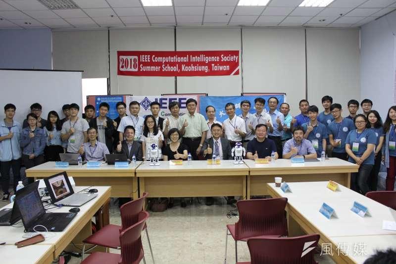 國立高雄師範大學資訊教育中心攜手國立台南大學執行科技部數位經濟前瞻技術計劃團隊,首度在台灣共同辦理「IEEE計算智慧學會(CIS)人機共學」暑期夏令營。(圖/徐炳文攝)