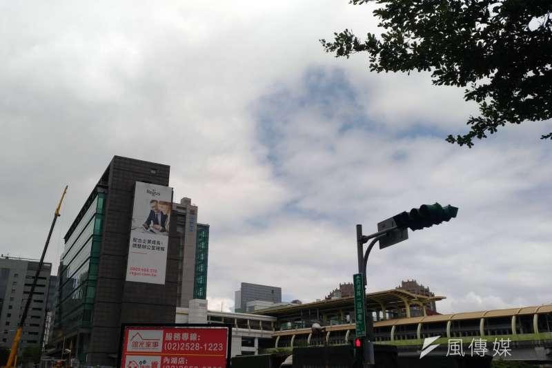 中央氣象局表示,30日上午各地天氣晴朗,午後中颱玉兔外圍環流影響台灣,一直到11月3日迎風面北部及東半部要留意「共伴效應」造成的大雨或豪雨。(資料照,風傳媒)