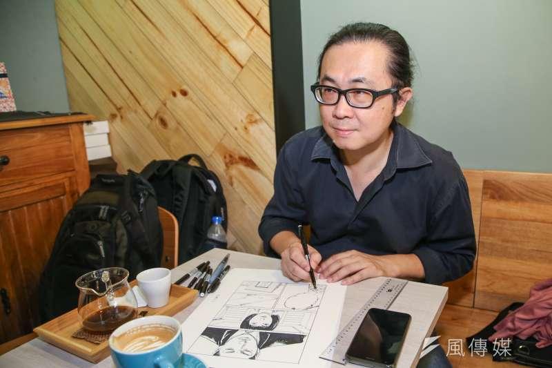 以「用九柑仔店」在金漫獎雙料獲獎的漫畫家阮光民表示,柑仔店如今已經慢慢沒落,以後小孩可能都沒看過雜貨店了。 (陳明仁攝)