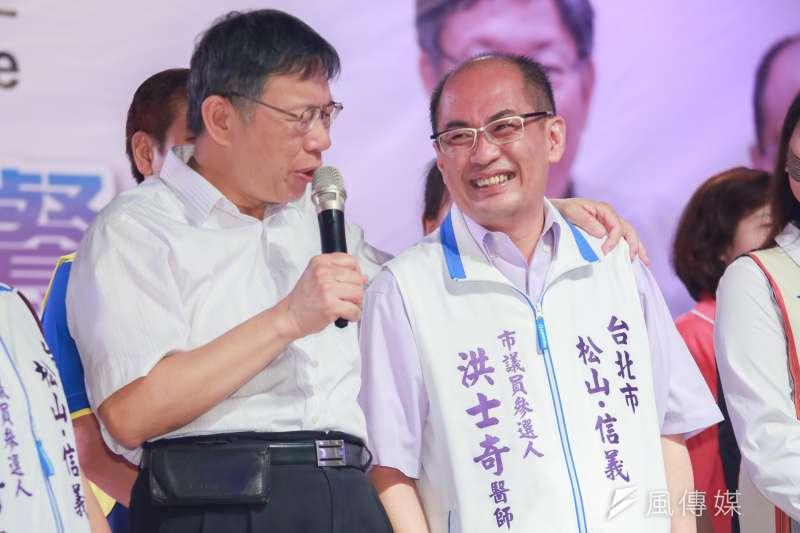 台北市長柯文哲(左)今出席親民黨市議員參選人洪士奇(右)感恩餐會。(簡必丞攝)