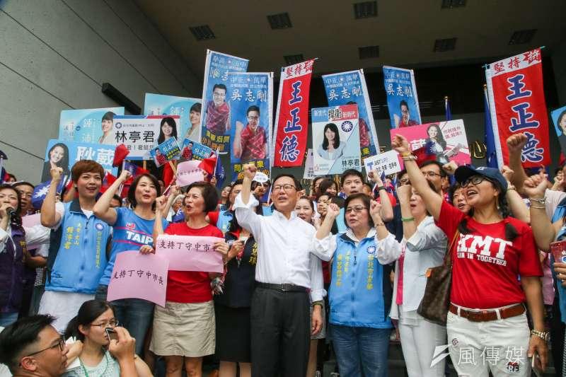 丁守中(右四)說,這些年來台北市只有老化、只有幹話、毫無變化。他批評市長柯文哲讓城市競爭力打折扣。(陳明仁攝)