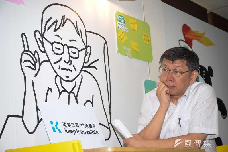柯文哲說,盼整場選戰花費少於6000萬元,若能做到,就可改寫台灣政治史,讓選舉文化更進一步。圖為柯P競選辦公室成立,柯文哲與自己畫像合影。(甘岱民攝)