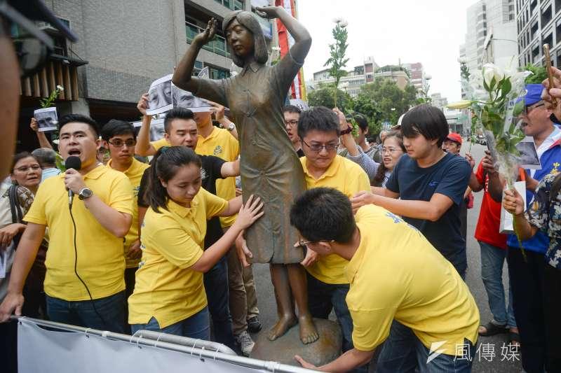 20180827-新黨青年軍「阿嬤站起來,大家站出來」活動,新黨三位市議員參選人一起抬起雕像。(甘岱民攝)