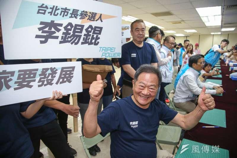 無黨籍台北市長參選人李錫錕提出發展台北「夜間經濟」的政見,圖為李錫錕登記參選。(陳明仁攝)