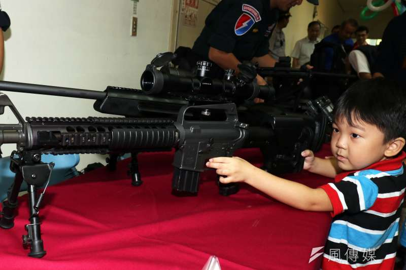 20180828-台北市警察局28日舉行親子日,台北市刑大特勤中隊將平日勤務用的狙擊槍、突擊步槍、衝鋒槍、防護頭盔、戰術背心、盾牌的裝備帶來展示。由於難得看到「真槍」,吸引不少小朋友和家長爭相合照。(蘇仲泓攝)