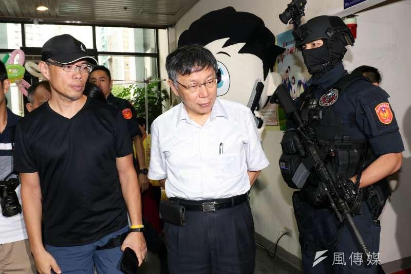20180828-台北市警察局28日舉行親子日,台北市長柯文哲(中)隨後也親自來到現場,與警眷互動。(蘇仲泓攝)