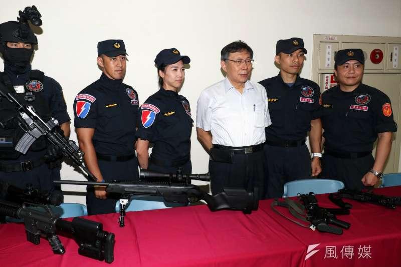 20180828-台北市警察局28日舉行親子日,台北市長柯文哲(右3)隨後也親自來到現場,與警眷互動。(蘇仲泓攝)