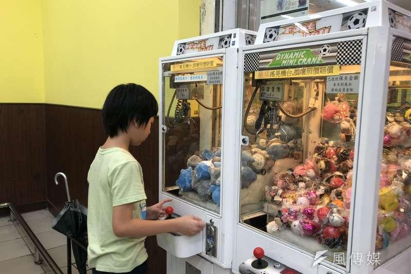 夾娃娃機店的數量近年在全台暴增,被認為與經濟不佳有關。(呂紹煒攝)