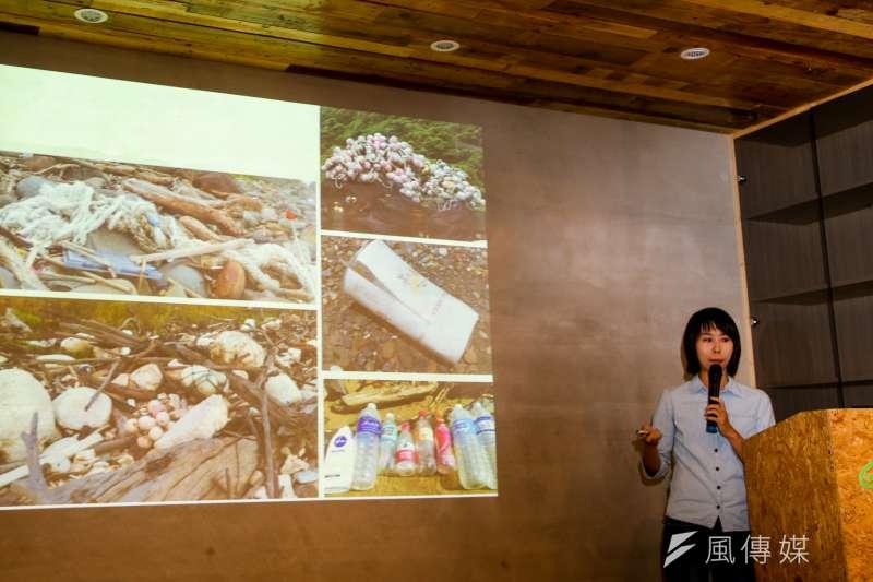20180828-綠色和平「台灣本島海岸積了近 16 萬袋海洋垃圾 」記者會,會中並提出解決處方,右是綠色和平海洋專案主任顏寧。( 陳明仁攝)